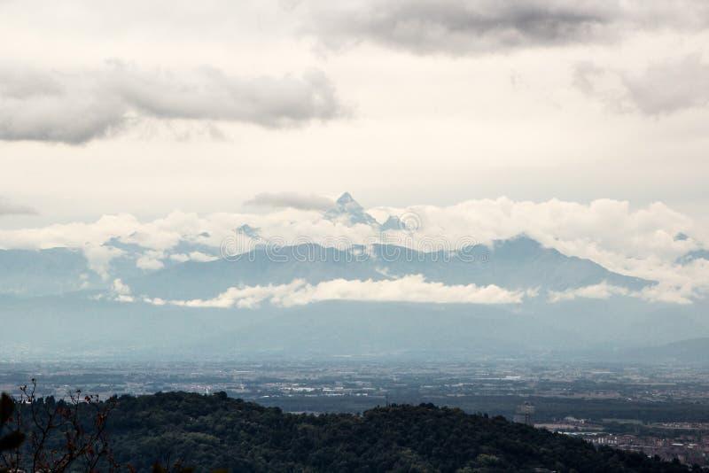 Vista delle alpi e della città di Torino dalla collina di Superga immagini stock libere da diritti