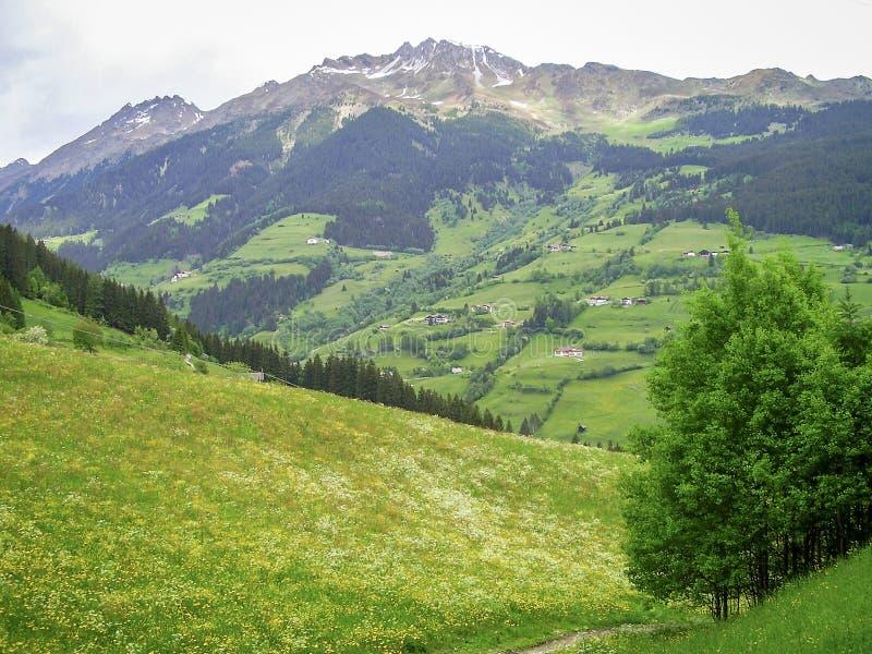 Vista delle alpi italiane vicino a Vipiteno Vipiteno, Italia fotografia stock