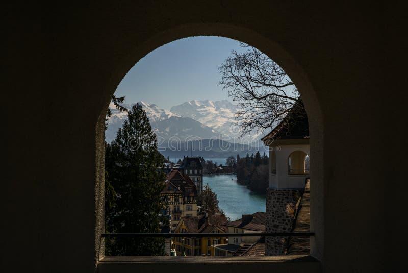 Vista delle alpi svizzere attraverso una finestra in primavera nella città svizzera di Thun - 2 fotografia stock