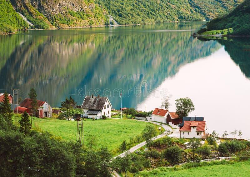 Vista delle Camere scandinave in villaggio norvegese sulla riva del immagine stock libera da diritti