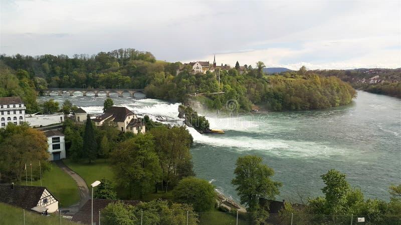 Vista delle cascate del Reno dal treno fotografia stock libera da diritti