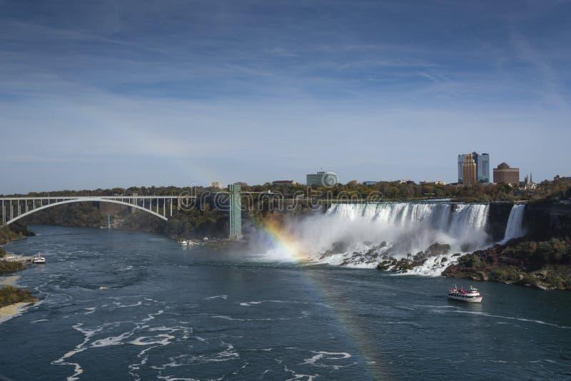 Vista delle cascate di cascate del Niagara con l'arcobaleno fotografia stock libera da diritti