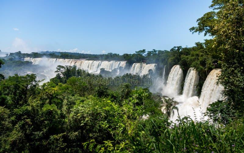 Vista delle cascate di Iguazu dal confine laterale brasiliano dell'Argentina e del Brasile fotografia stock libera da diritti