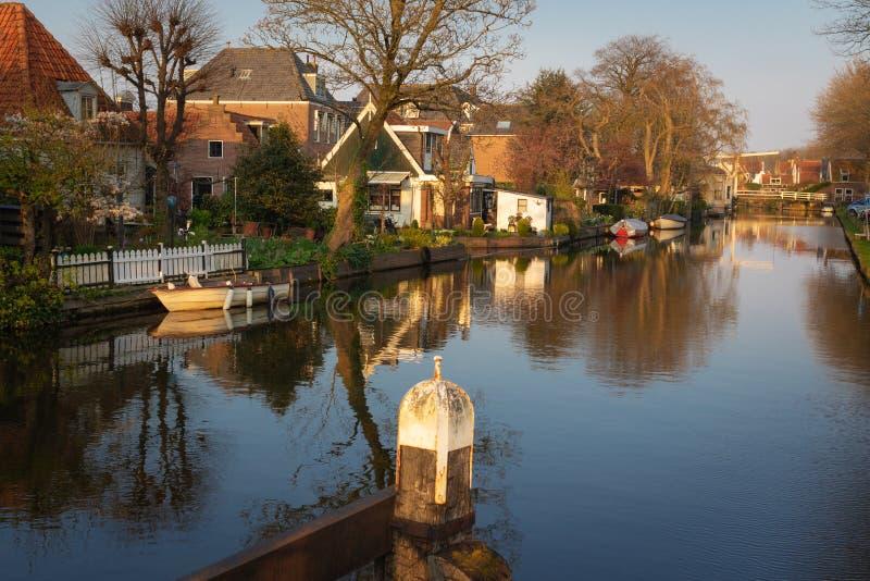 Vista delle case, del ponte mobile e delle barche lungo un canale nella città storica di edam, Paesi Bassi Scena calma il giorno immagine stock libera da diritti