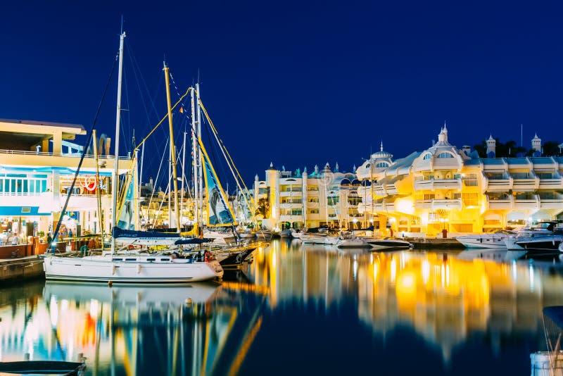 Vista delle case di galleggiamento, nave di notte in Puerto immagine stock