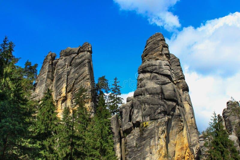 Vista delle colonne dell'arenaria Città della roccia di Teplice-Adrspach Città rocciosa in Adrspach - riserva naturale nazionale  fotografie stock libere da diritti