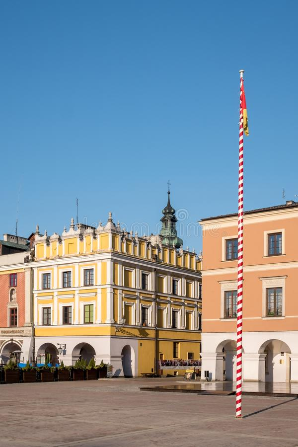Vista delle costruzioni colourful di rinascita nel grande quadrato storico del mercato in Zamosc in Polonia sudorientale fotografia stock libera da diritti