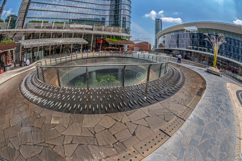 Vista delle costruzioni di architettura del quadrato di Gael Aulenti, Milano, immagine stock libera da diritti