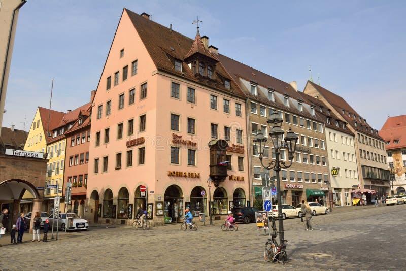 Vista delle costruzioni residenziali e commerciali sull'intersezione del quadrato di Hauptmarkt e della via di Tuchgasse a Norimb fotografia stock libera da diritti