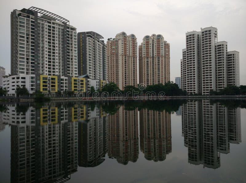 Vista delle costruzioni sopra il lago fotografia stock libera da diritti