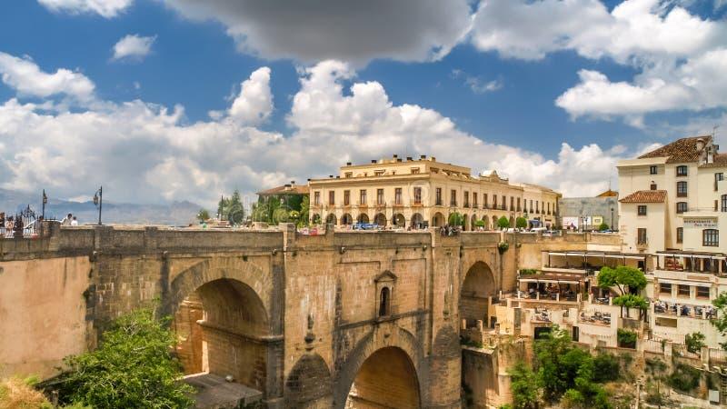 Vista delle costruzioni sopra la scogliera a Ronda, spagna fotografia stock libera da diritti