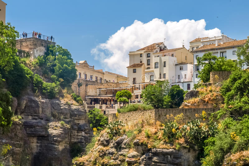 Vista delle costruzioni sopra la scogliera a Ronda, spagna immagini stock