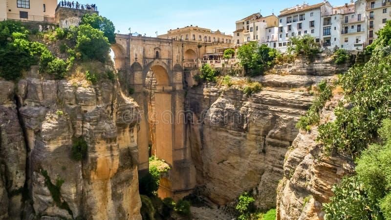 Vista delle costruzioni sopra la scogliera a Ronda, spagna immagine stock libera da diritti
