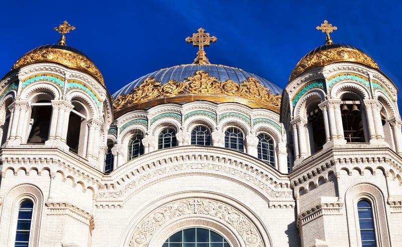 Vista delle cupole della st Nicholas Naval Cathedral in Kronštadt immagine stock