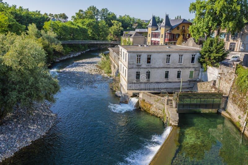 Vista delle dighe sul fiume del oloron marie Francia del san fotografie stock libere da diritti