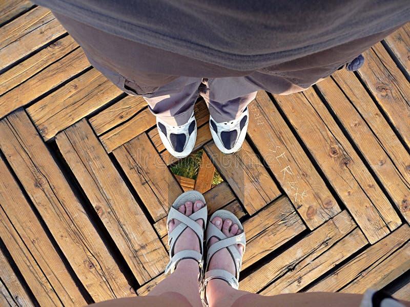 Vista delle gambe dell'uomo e della donna fotografia stock