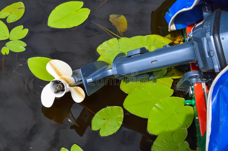 Vista delle lame bianche di plastica del motore di un motoscafo di una barca di un veicolo di nuoto contro lo sfondo dell'acqua fotografia stock libera da diritti