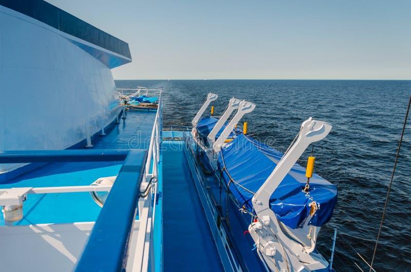 Vista delle lance di salvataggio a bordo della nave Assicurazione della sicurezza del viaggio per mare su una crociera fotografia stock