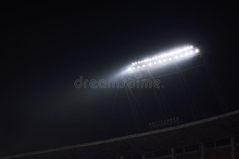 Vista delle luci dello stadio alla notte fotografie stock libere da diritti