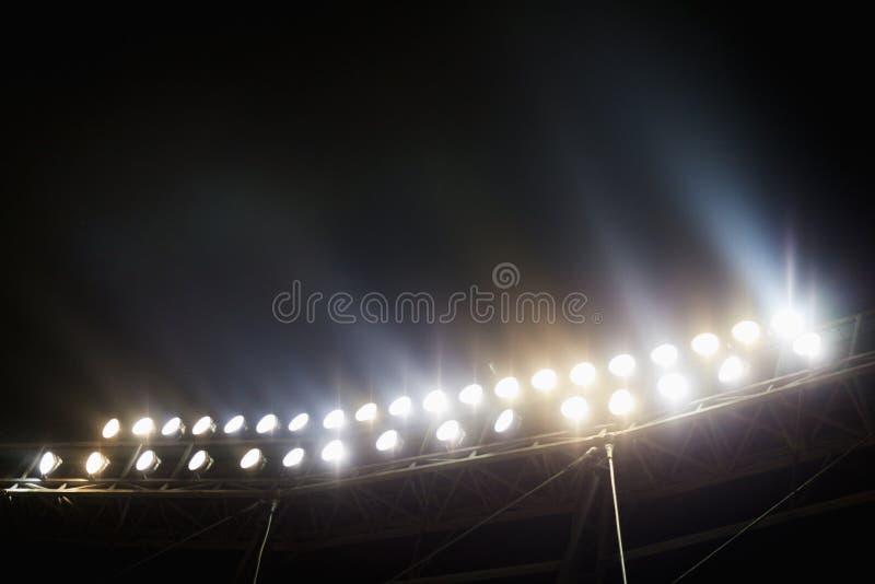 Vista delle luci dello stadio alla notte immagini stock