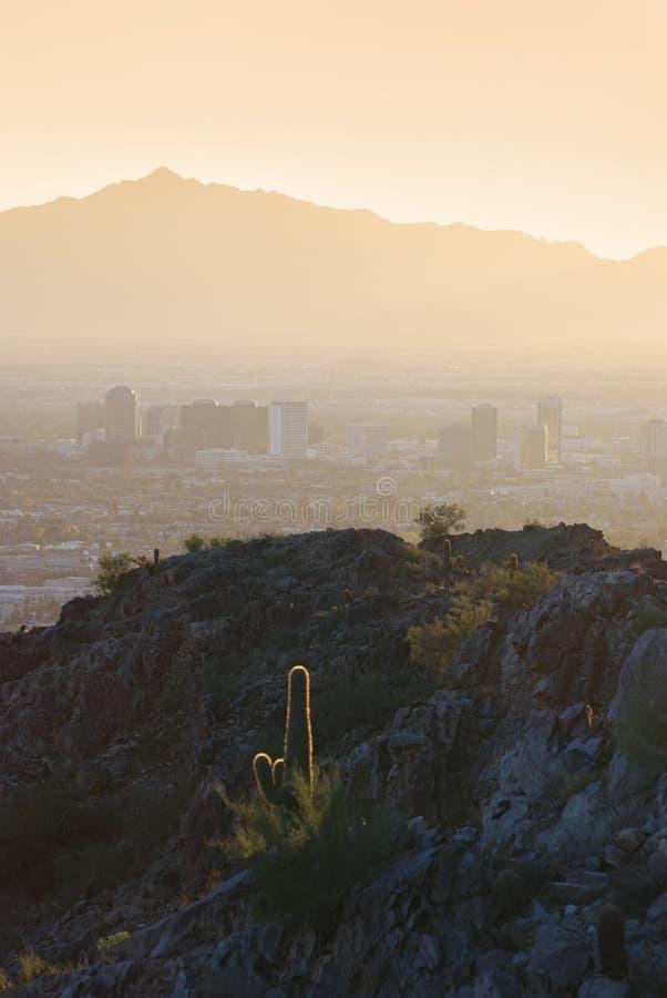 Vista delle montagne che circondano Phoenix al tramonto, A fotografia stock