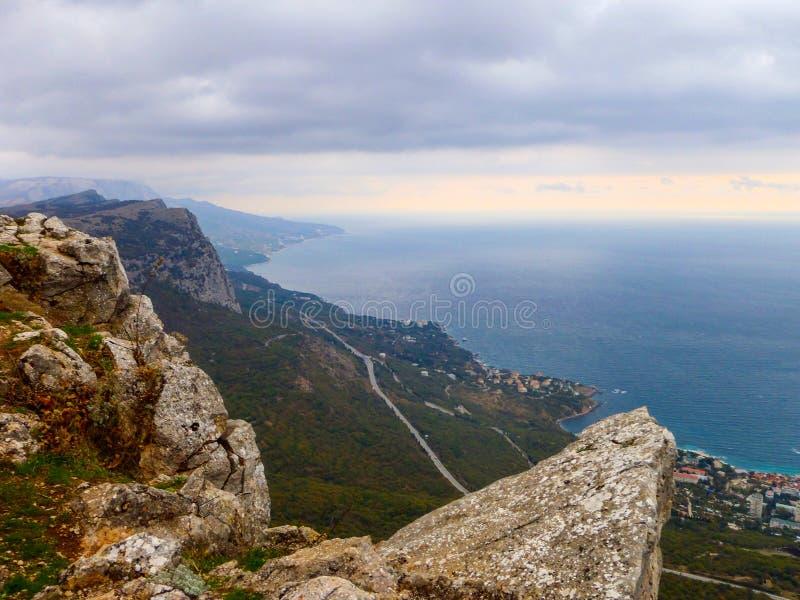 Vista delle montagne della Crimea e del Mar Nero all'autunno fotografia stock