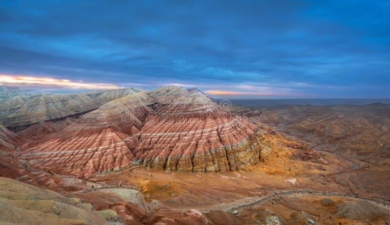 Vista delle montagne di Aqtau, Altyn Emel, il Kazakistan di Panoramicl fotografia stock libera da diritti