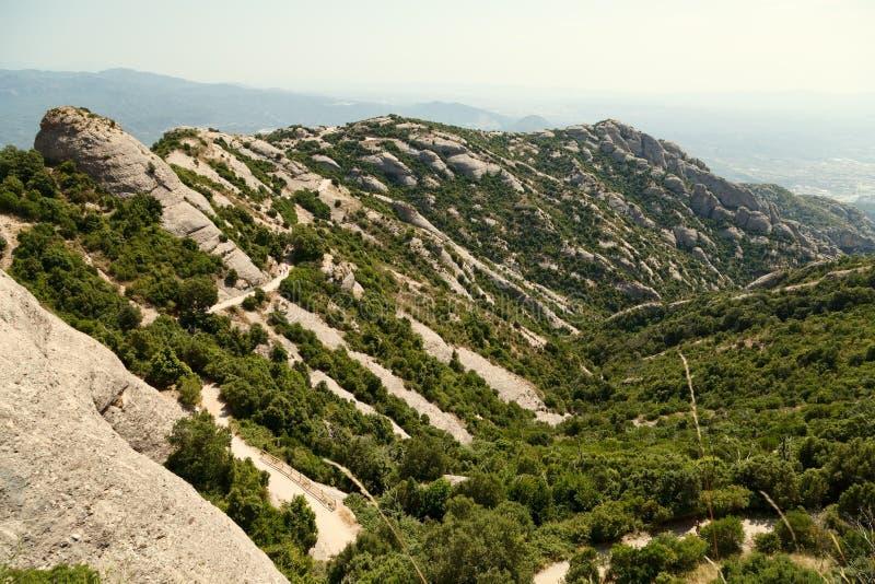 Vista delle montagne di Montserrat in un bello giorno di estate fotografie stock libere da diritti