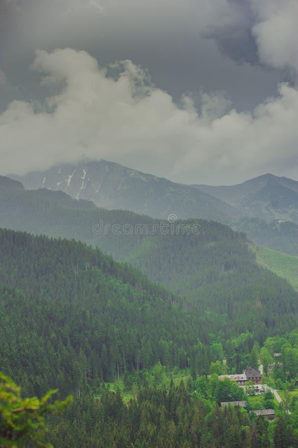 Vista delle montagne di Tatra dalla traccia di escursione poland immagine stock