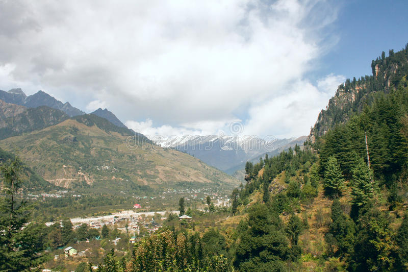 Vista delle montagne nella valle Kullu fotografie stock libere da diritti