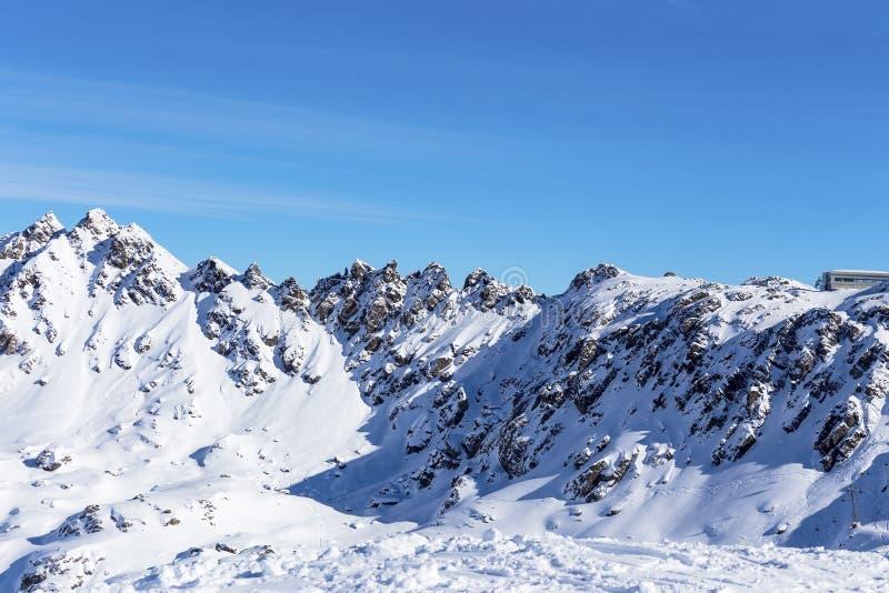 Vista delle montagne un giorno soleggiato immagine stock