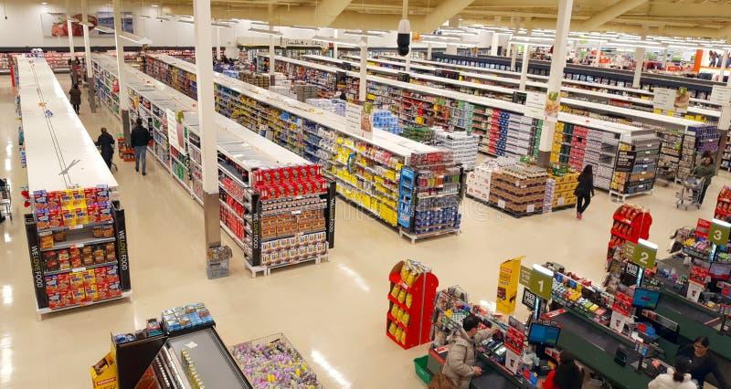 Vista delle navate laterali del supermercato immagini stock libere da diritti