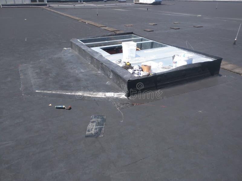 Vista delle riparazioni di tetto; Bordo di CA sul tetto piano commerciale di EPDM fotografia stock