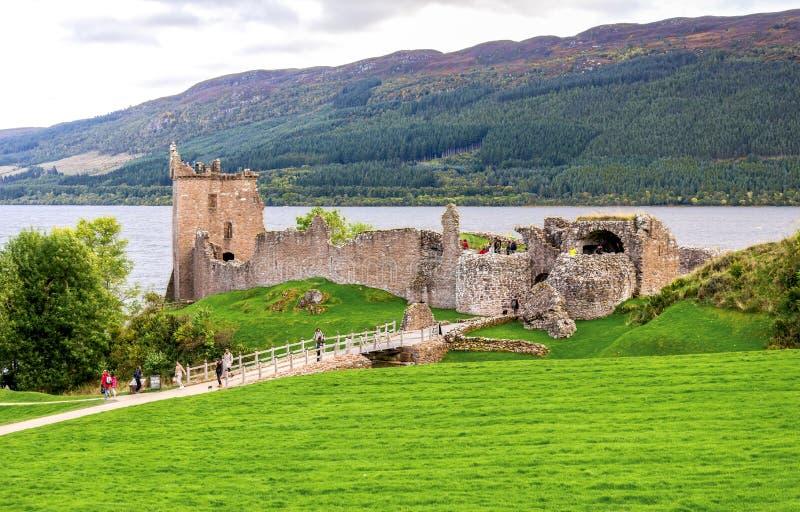 Vista delle rive del castello e di Loch Ness di Urquhart, Scozia fotografia stock libera da diritti