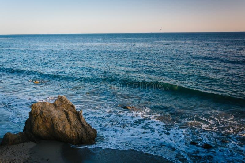 Vista delle rocce e delle onde nell'oceano Pacifico al EL Matador State immagini stock libere da diritti