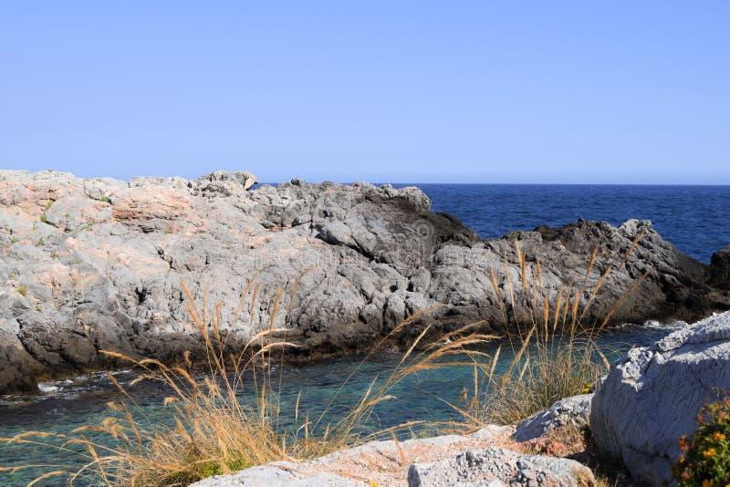 Vista delle rocce nel mare fotografie stock