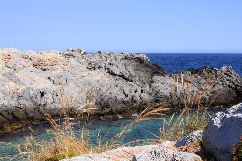 Vista delle rocce nel mare immagini stock libere da diritti