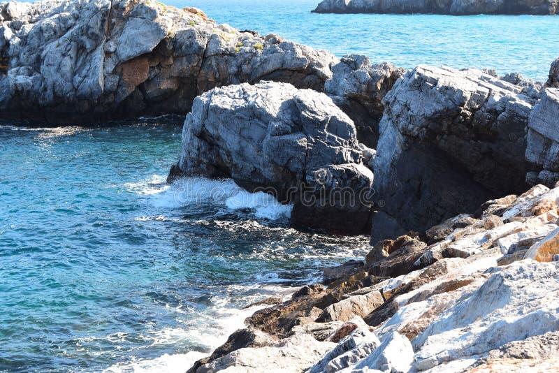 Vista delle rocce nel mare fotografia stock