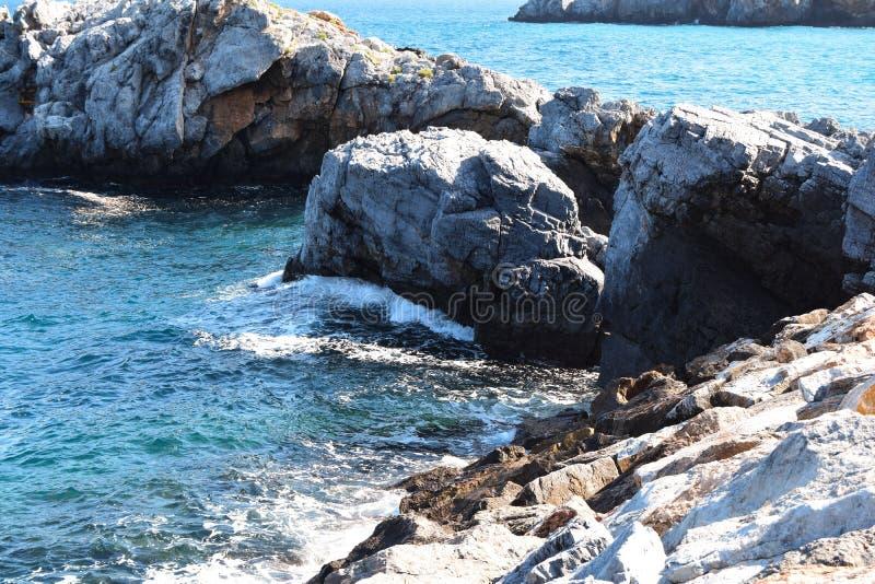 Vista delle rocce nel mare fotografie stock libere da diritti
