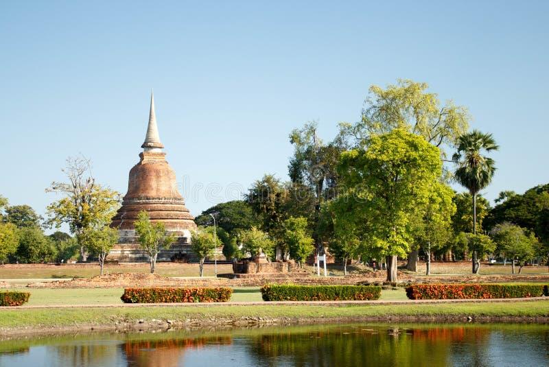 Vista delle rovine antiche del tempio buddista di Wat Sa Si nel parco storico di Sukhothai, Tailandia immagine stock