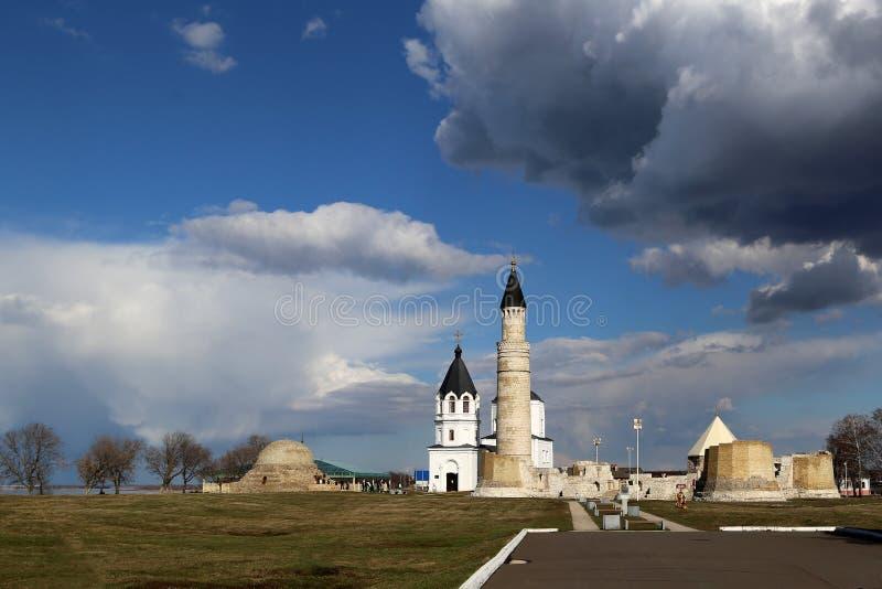 Vista delle rovine della moschea della cattedrale nella Museo-riserva storica ed architettonica bulgara dello stato fotografie stock libere da diritti