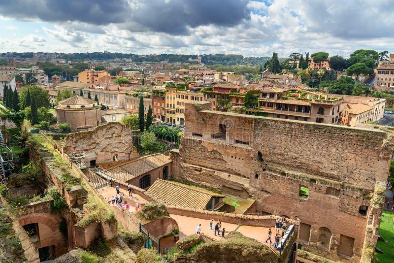 Vista delle rovine di Roman Forum dal giardino di Farnese roma L'Italia fotografia stock libera da diritti