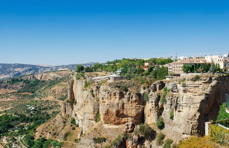 Vista delle scogliere e delle case al bordo delle scogliere nella città antica di Ronda, Andalusia, Provenza Malaga, Spagna del s immagini stock