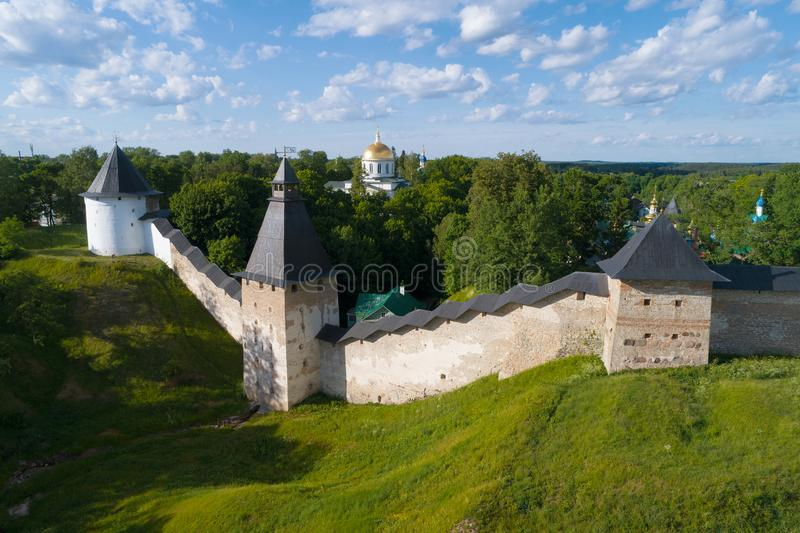 Vista delle torri del rilevamento aereo santo del monastero delle Pskov-caverne di Dormition Pechory, Russia immagini stock libere da diritti