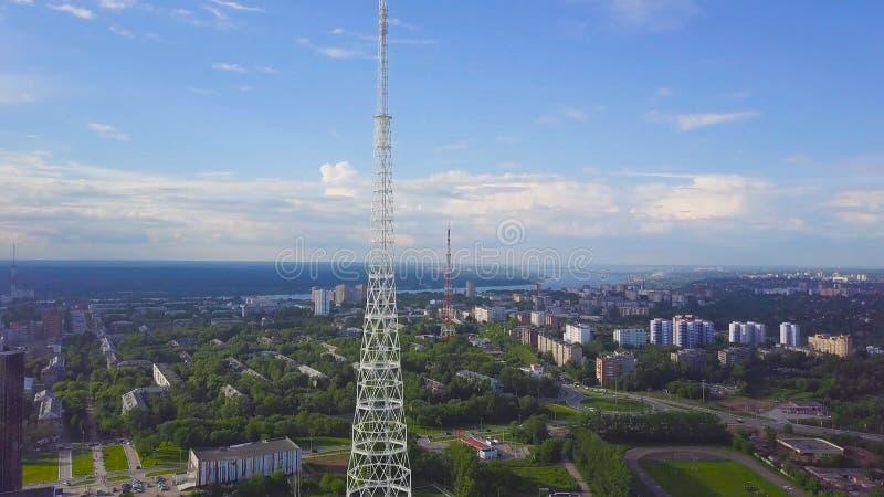 Vista delle torri di comunicazione con cielo blu, fondo di paesaggio urbano e della montagna video Vista superiore della torre ra immagine stock libera da diritti