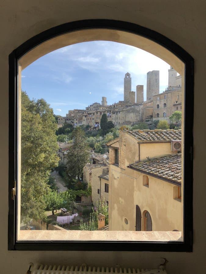 Vista delle torri di San Gimignano dalla finestra del museo archeologico La Toscana, Italia fotografie stock libere da diritti