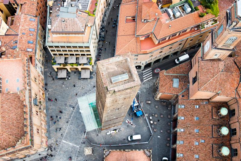 Vista delle torri pendenti medievali di garisenda nel centro urbano di Bologna incorniciato e visto da sopra dalla torre di asine immagine stock libera da diritti