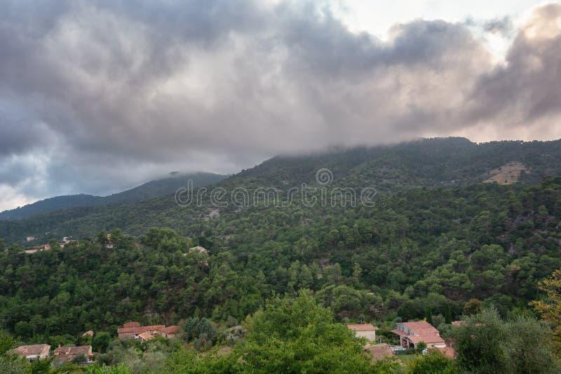 Vista delle valli e delle montagne vicino al villaggio di Tourrette immagini stock libere da diritti