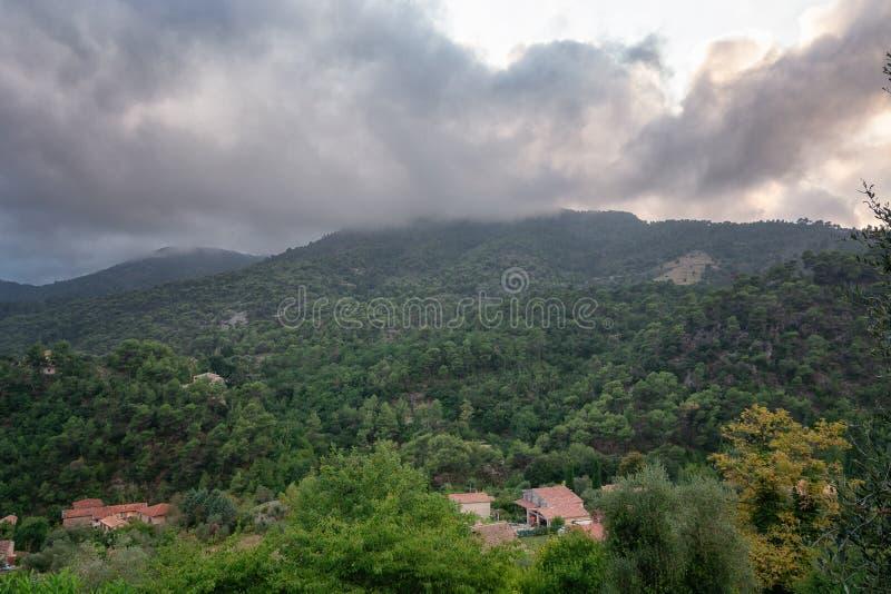 Vista delle valli e delle montagne vicino al villaggio di Tourrette fotografia stock libera da diritti