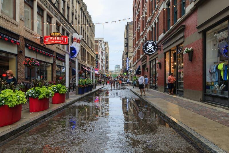 Vista delle vie di Cleveland nella foschia di sera, dopo pioggia persistente Ohio, U.S.A. fotografie stock